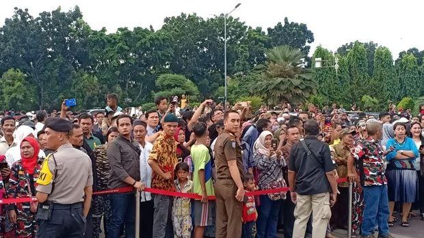 Warga menunggu di luar TMP Kalibata.