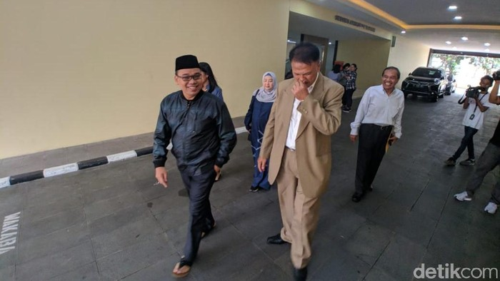 Mustofa Nahrawardaya keluar dari Bareskrim Polri setelah penahanannya ditangguhkan (Foto: Jefrie Nandy Satria/detikcom)