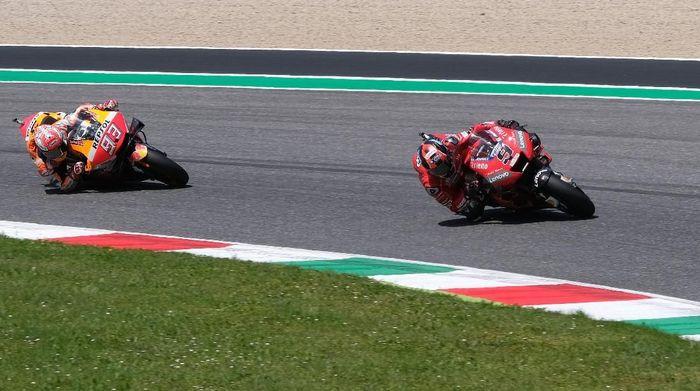 Marc Marquez sengaja tak mau mencoba menyalip Danilo Petrucci di putaran terakhir MotoGP Italia. (Foto: Rafael Marrodan / Reuters)
