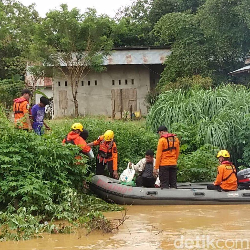 SAR Kendari Evakuasi Warga Korban Banjir