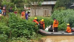 Video: Tim SAR Evakuasi Warga Lepo-lepo yang Terdampak Banjir