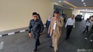 Ekspresi Mustofa Nahra Keluar dari Tahanan Bareskrim