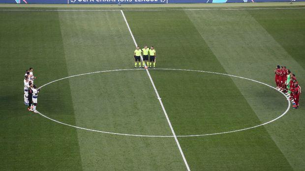 Penghormatan dilakukan jelang kick off Liga Champions.