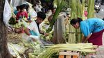 Potret Pedagang Kulit Ketupat Mengais Rezeki Jelang Idul Fitri