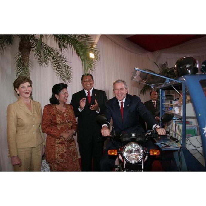 Pada masanya, Ibu Negara keenam Republik Indonesia ini memplopori beberapa program demi kehidupan orang banyak. Satu diantaranya ialah program Indonesia Pintar. Program yang dikhususkan untuk memberikan akses layanan pendidikan bermutu di lingkungan kurang beruntung dan terpencil ini berwujud rumah pintar, mobil pintar, serta kapal pintar.Foto: Istimewa