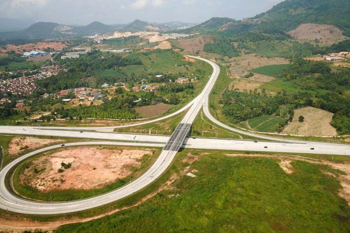 Pantauan udara dimulai dengan menyusuri jalan tol Jakarta Outer Ring Road (JORR) seksi S yang di kelola oleh Hutama Karya, dilanjutkan dengan Jalan Tol Trans Sumatera Ruas Bakauheni. Istimewa/Hutama Karya.