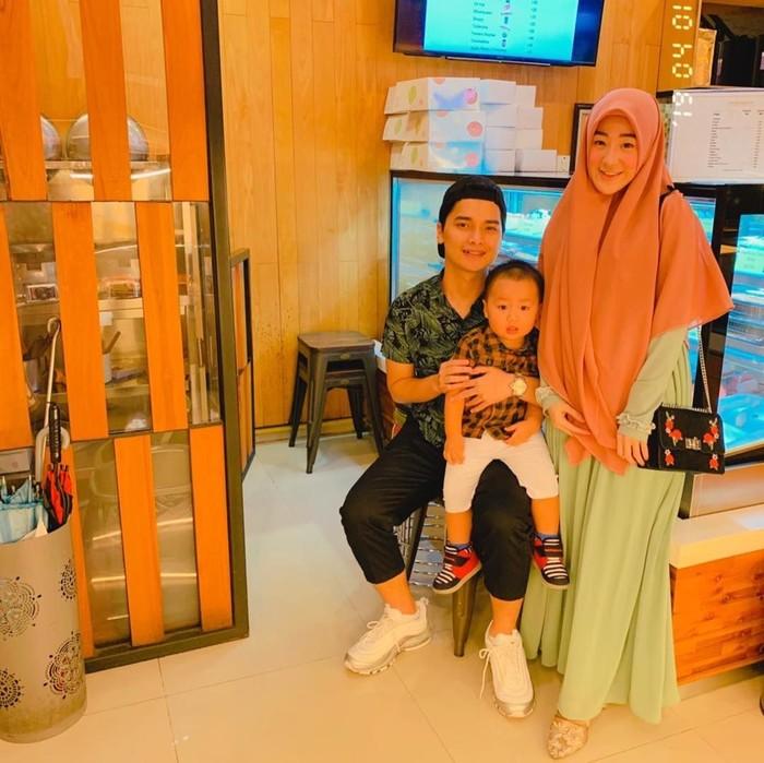 Dari pernikahannya dengan Larissa Chou, putra Ustaz Arifin Ilham ini dikaruniai seorang putra. Ya, Muhammad Yusuf Alvin Ramadhan! Foto: Instagram yusufalvinramadhan