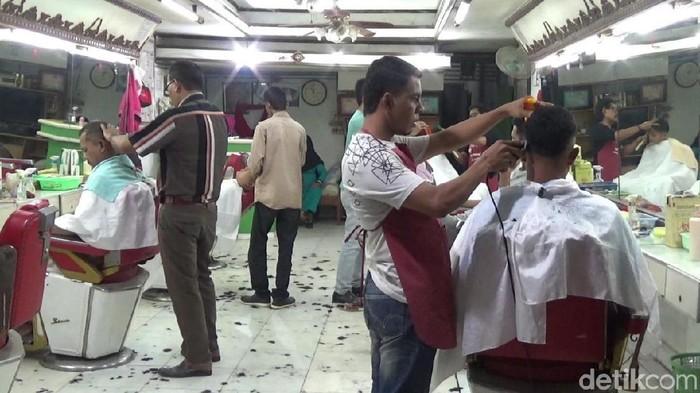 Foto: Jasa cukur rambut di Lhokseumawe dibanjiri pelanggan (Datuk-detikcom)