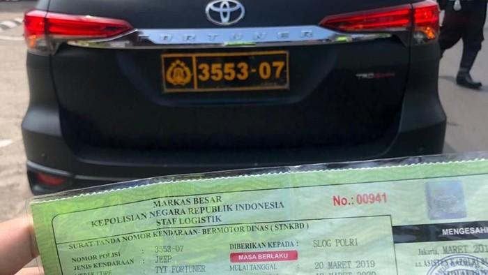 Pria membawa Fortuner berpelat dinas Polri ditilang di kawasan Puncak, Bogor. (Foto: dok. Istimewa)