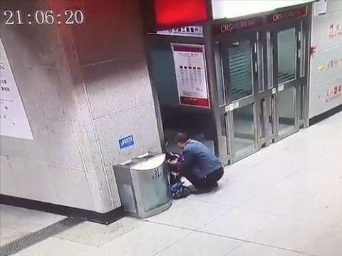 Ayah menemani anaknya mengerjakan PR di stasiun.