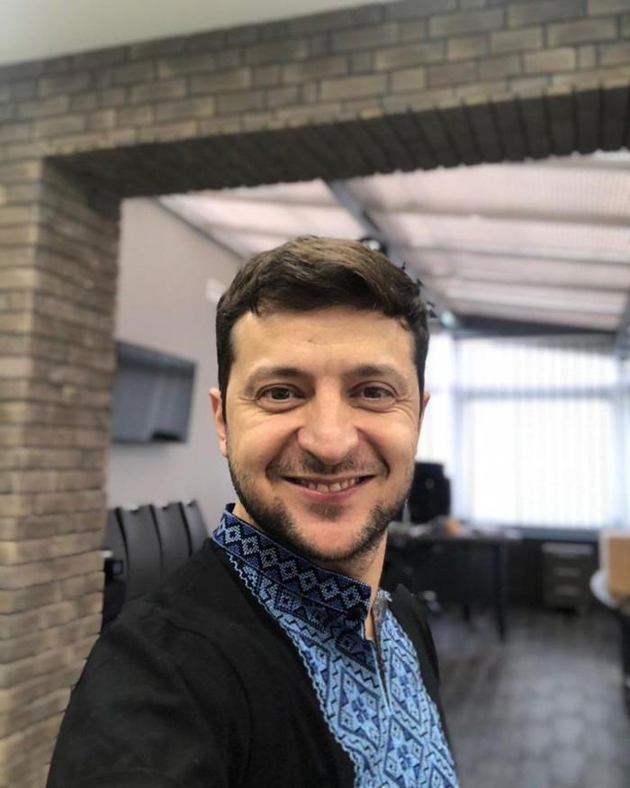 Pemilik nama lengkap Volodymyr Oleksandrovych Zelensky ini sempat menjadi perbincangan setelah terpilih sebagai presiden Ukraina yang baru. Sosok sederhana ini tak ingin fotonya dipajang di banyak tempat. Foto: Instagram @zelenskiy_official