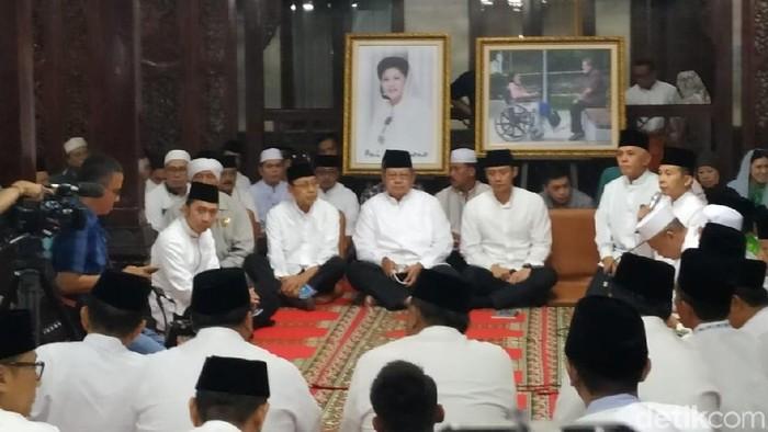 Keluarga SBY menggelar tahlilan tiga hari wafatnya Ani Yudhoyono. (Audrey Santoso/detikcom)