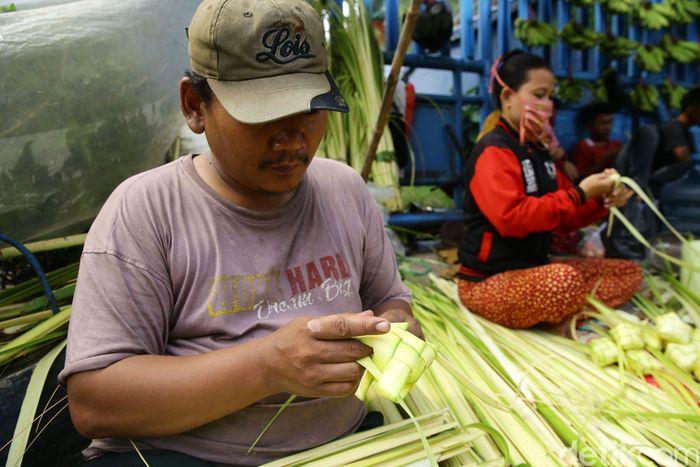 Pedagang musiman seperti kulit ketupat bermunculan setiap menjelang Hari Raya Idul Fitri, seperti yang terlihat di kawasan Pasar Cibubur, Jakarta Timur, Senin (3/6/2019). Grandyos Zafna/detikcom.