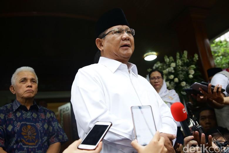 Prabowo Puji Polisi Nemplok Pemotor yang Mau Kabur dari Busway