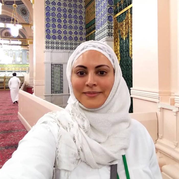 Berparas cantik, inilah Muna yang terkenal sebagai wanita pertama yang menjadi wajah pertelevisian di Arab Saudi. Ia memandu program Kalam Nawaem yang mendapat peringkat pertama selama 7 tahun berturut-turut. Foto: Instagram muna_abusulayman