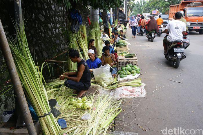 Para pedagang kulit ketupat itu menggelar lapak di pinggir jalan di kawasan Pasar Cibubur. Grandyos Zafna/detikcom.