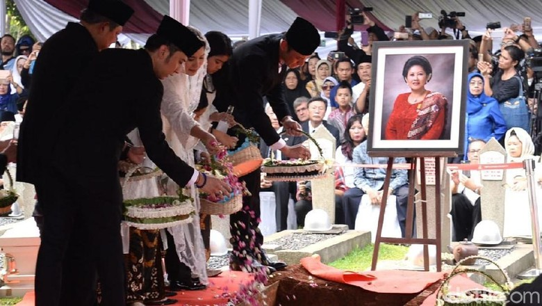 Foto: Anggota keluarga menaburkan bunga di pusara Ani Yudhoyono (Andhika/detikcom)