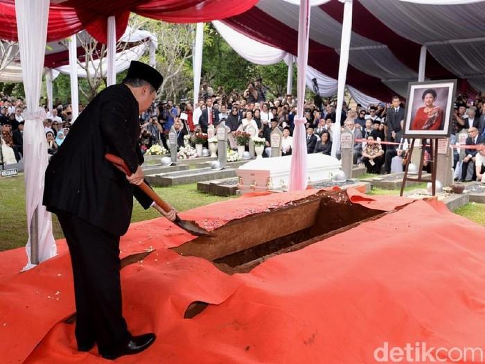 SBY masukkan tanah ke liang lahad Ani Yudhoyono (Foto: Andhika/detikcom)