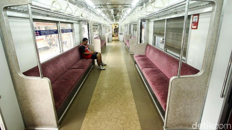 KRL Commuter Line terlihat sepi di Stasiun Jakarta Kota, Jakarta. Selasa (4/6/2019). Jika saat weekdays KRL terlihat penuh sesak kini KRL terlihat sepi.