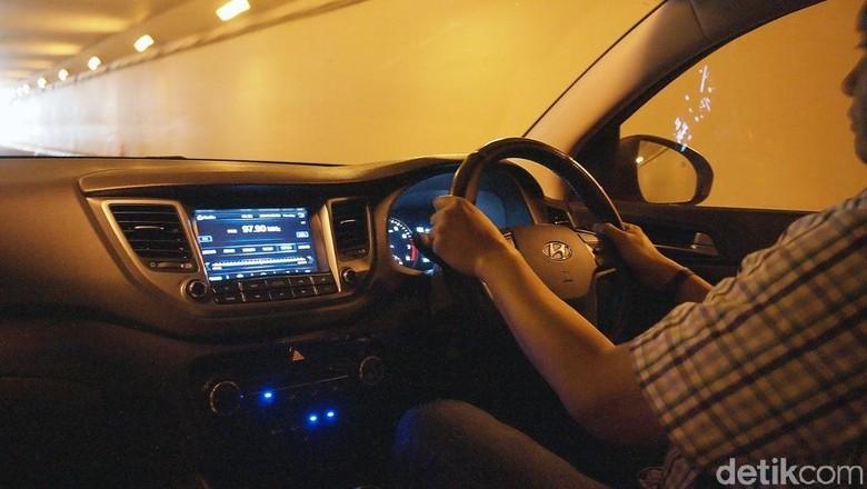Seorang pria menyetir mobil Foto: Hyundai