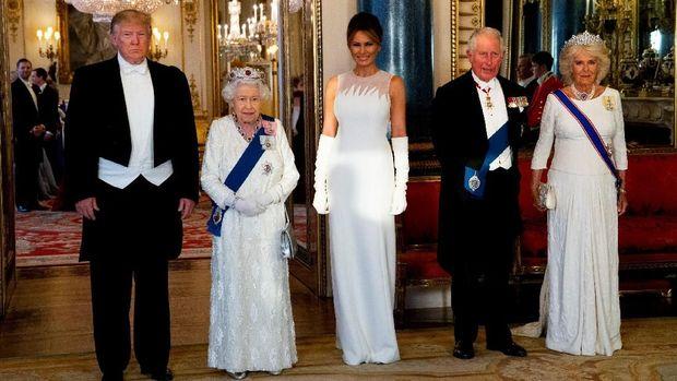 Tiara ruby merah yang dipakai Ratu Elizabeth II saat bertemu Donald Trump