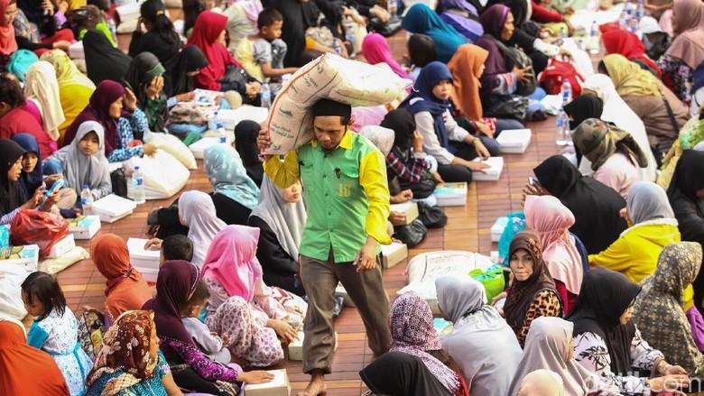 Masjid Istiqlal Bagikan Zakat