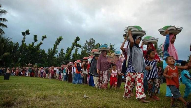 Suasana tradisi Festival Ngejot di Desa Lenek, Kabupaten Lombok Timur (dok. Paer Lenek)