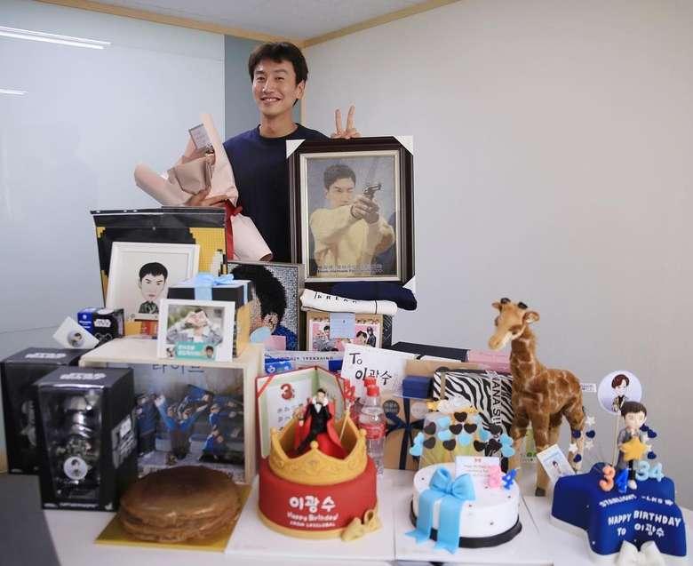Nama Lee Kwang Soo dikenal banyak orang berkat variety show, Running Man. Pria yang lahir di Provinsi Gyeonggi ini sudah berusia 33 tahun. Foto: Instagram masijacoke85074