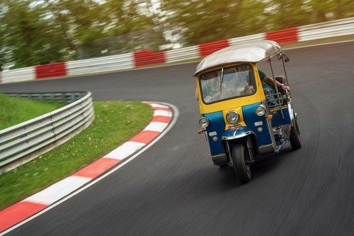 Bajaj Roda Tiga Diajak Ngebut di Sirkuit