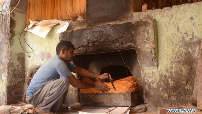 Para pekerjamemproduksi mie kering sebagai persiapan festival Idul Fitri di sebuah pabrik di Lahore, Pakistan timur.Foto: Dok. Xinhuanet/Sajjad