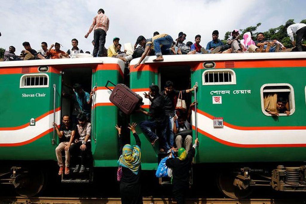 Mereka rela mengambil risiko besar demi mudik ke kampung halaman. Foto: Reuters
