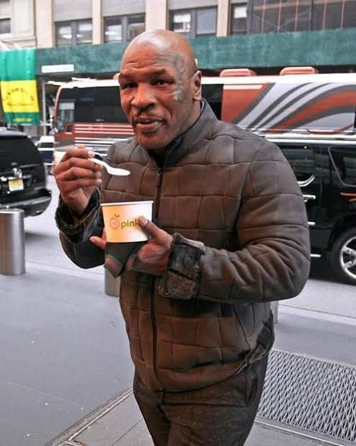 Petinju Mike Tyson dikenal dengan penampilan yang sangar. Mike sendiri mulai mempelajari agama Islam cukup lama, hingga merayakan hari lebaran. Ini posenya saat makan yogurt di pinggir jalan. Foto: Istimewa