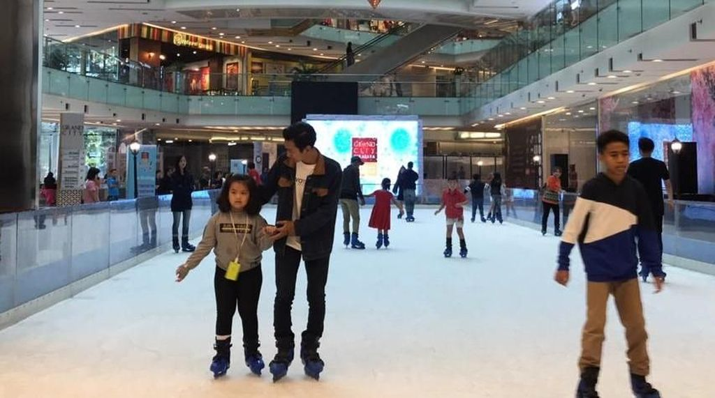 Sambut Lebaran, Grand City Mall Surabaya Hadirkan Wahana Ice Skating