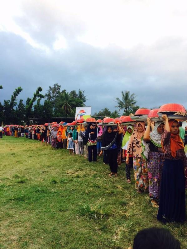 Ngejot adalah bentuk silaturahmi dengan cara saling berbagi rezeki. Tradisi ini ada di Desa Lenek, Kabupaten Lombok Timur, NTB (dok. Paer Lenek)