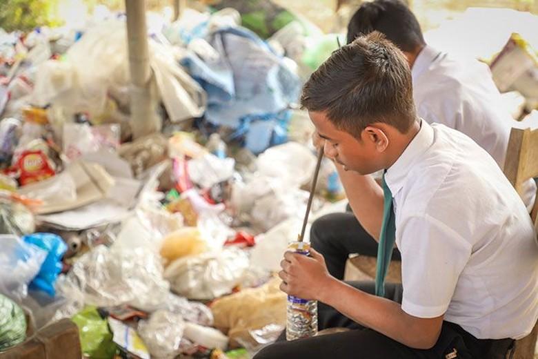 Namun, mereka menemui sejumlah masalah terkait sampah plastik. Banyak warga membakar sampah di mana asapnya mengganggu anak-anak belajar. (Foto: Dok. Akshar Foundation)