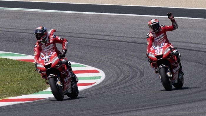 Aksi pebalap Ducati, Danilo Petrucci dan Andrea Dovizioso, di MotoGP Italia. (Foto: Mirco Lazzari gp/Getty Images)
