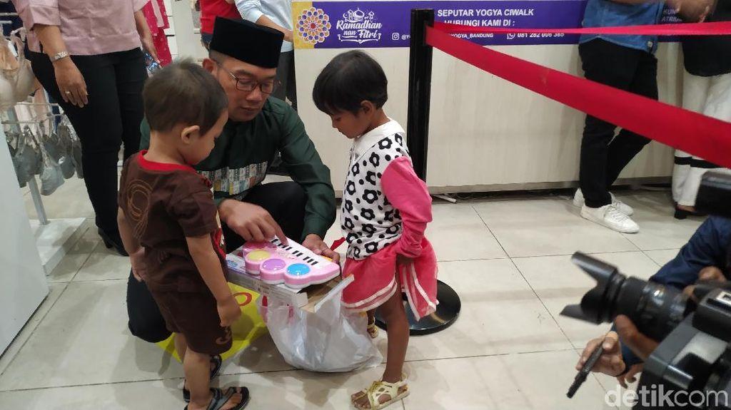 Ridwan Kamil Traktir Puluhan Anak Yatim Belanja-Nonton Aladdin di Mal