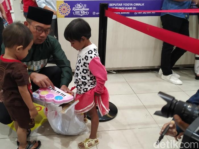 Ridwan Kamil traktir puluhan anak yatim belanja dan nonton film Aladdin di Mal Ciwalk Bandung. (Foto: Mukhlis Dinillah/detikcom)