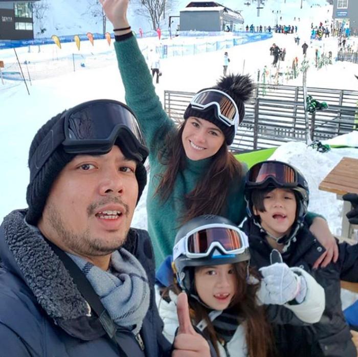 Bersama ibu, ayah, dan saudara laki-lakinya, London sedang liburan di Jepang. Mereka siap menikmati salju sambil bermain ski. Foto: Instagram londonabigaildimitri