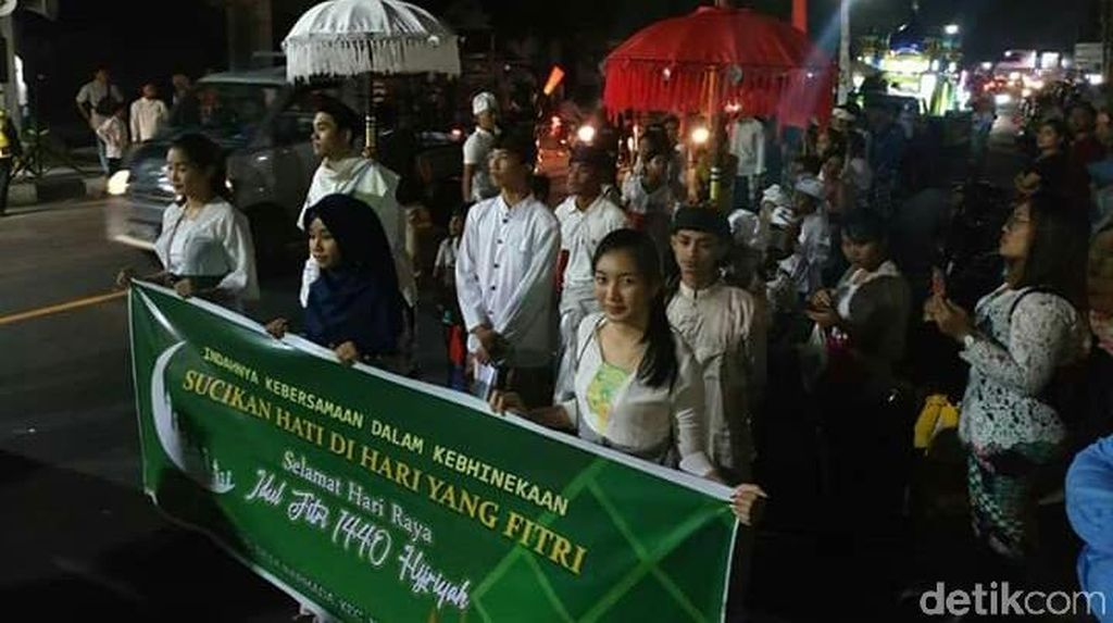 Umat Hindu Turut Ramaikan Malam Takbiran di Lombok