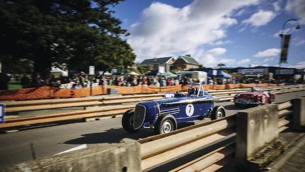 Di bulan Juni ada Albany Classic Motor Event Mount Clarence Hill Climb. Ini adalah festival otomotif bertema mobil klasik (Amazing Albany)