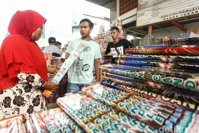 Pedagang menjajakan kembang api di kawasan Pasar Asemka, Jakarta, Selasa (4/6/2019).