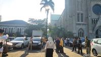 Gereja Katedral Jakarta menyediakan lahan parkir khusus dan ruang wudhu untuk jemaah salat Id di Masjid Istiqlal. Bantuan ini diberikan untuk menjaga toleransi dan kekeluargaan. (Foto: Matius Alfons/detikcom)