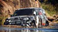 Land Rover Defender diuji melintasi genangan air. Foto: Dok. Land Rover