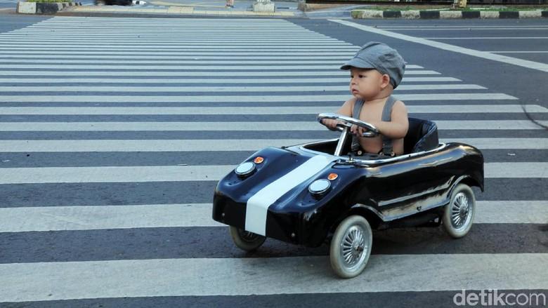 Lucu, Begini Gaya Balita Nyetir Mobil dan Mandi di Jalan Thamrin