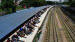 Ramai-ramai Mudik Lebaran Naik Kereta di Bangladesh
