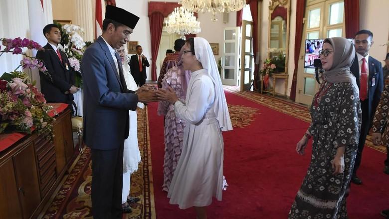Halalbihalal di Istana: Warga Antre Salaman hingga Sujud Depan Jokowi