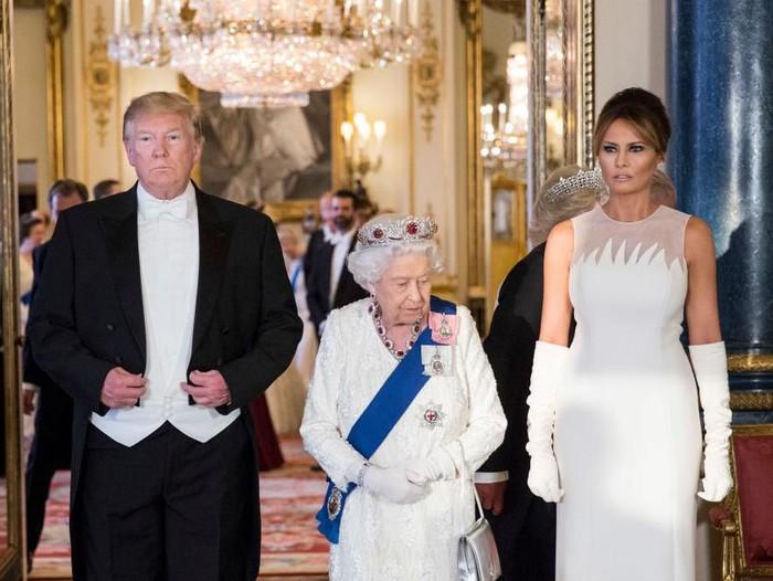 Presiden AS Donald Trump  dan Ibu Negara Melania Trump saat dijamu Ratu Elizabeth II di Istana Buckingham, London, Inggris, Senin (3/6/2019). (Foto: Getty Images)
