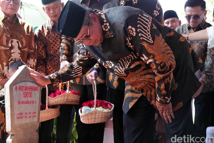 SBY saat berziarah ke makam Ani Yudhoyono (Foto: Lamhot Aritonang-detikcom)
