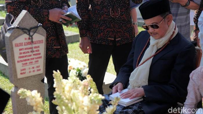 BJ Habibie saat berziarah ke makam Ainun (Foto: Lamhot Aritonang)